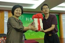 北京少年儿童出版社向学校赠书