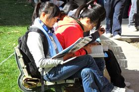 北京联合大学学生在椅子上看漂流图书
