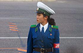 朝鲜女交警在指挥交通