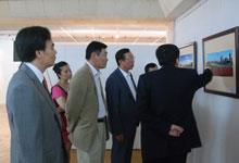 中蒙双方嘉宾共同参观摄影展