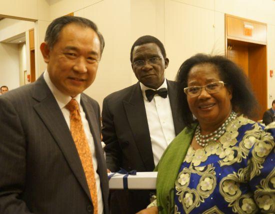 李若弘主席与马拉维总统Joyce Banda阁下及其先生交流