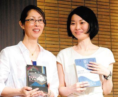樱木紫乃(左)与藤野可织获得了日本文学的最高荣誉,喜形于色。
