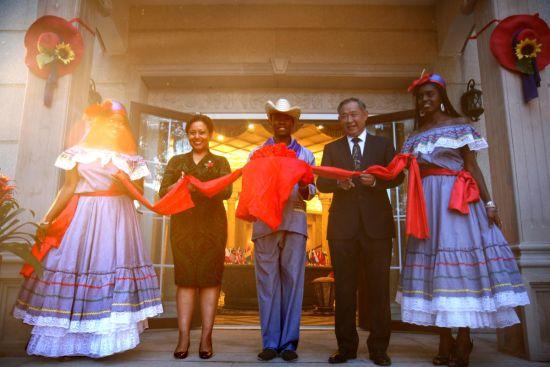 中国世界和平基金会主席李若弘先生与海地驻华贸易发展办事处常驻代表纳塔丽·美农斯·吉赛尔女士为本次画展剪彩