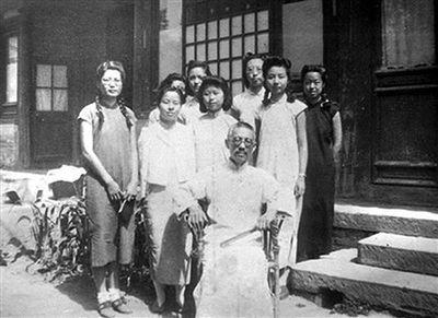1943年,叶嘉莹(二排右一)与同学在顾随先生家中留影。