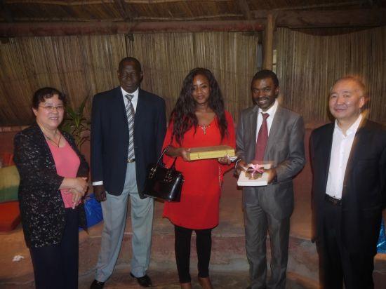 中国世界和平基金会和平文化代表团载誉离马里