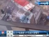 现场沧州钉子户抗强拆与开发商互射爆竹