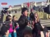现场:刘翔现身两会被记者围堵 大喊姚明来了