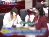 女议员唱黄梅戏当面讽台北市长 对方无奈摘眼镜