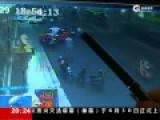 海口男子当街抢小孩 警方:经查系精神病患者