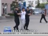 男子抢劫杀害两少女被押回青岛 指认3处现场