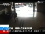 监控:十堰男子不满判决连捅4名法官 众人逃散