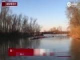 现场:水里跃起大批鲤鱼 美大学赛艇队训练中止