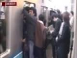 """实拍日本东京""""推乘客专员""""推人挤地铁"""