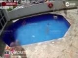 监控:墨西哥3岁女童惨遭继父扔泳池溺亡