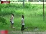 实拍俄罗斯男子扮丧尸吓路人 被开枪击中