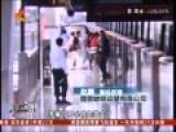 实拍父母只顾拍照 2岁小孩跌入站台缝隙