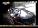 公交司机开车搂抱女子亲热 乘客下车被吼