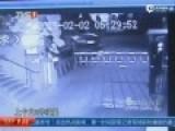 监控:小偷入室盗窃被拉住裤子 脱衣裤当街裸奔