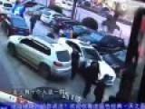 监控:豪车撞飞保安 10多人聚众狂殴多名保安