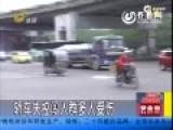 女司机刹车当油门冲入人群撞倒一片 致1人死亡