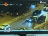 无牌奥迪车冲卡顶交警狂奔1000米 被2警车逼停