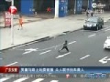 实拍男童突然窜上马路遭撞 众人围拢抬车救人
