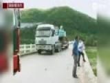 吉林旅游大巴坠桥监控:冲上护栏后瞬间倾覆