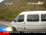 实拍黑车躲避检查狂飙冲卡 中途命乘客跳车