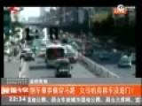 监拍女子倒车肇事横穿马路 称车根本没油门