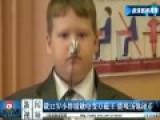 俄12岁小胖墩触电变万磁王 能吸汤匙硬币