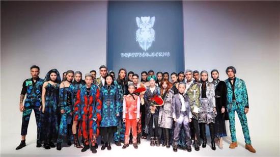 当红明星西陵迦赫与学生同台走秀 惊艳亮相中国国际时装周