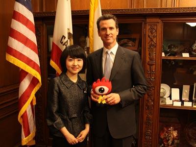 图为张晓楠与旧金山市市长Gavin-Newsom(图片来源:新浪财经)