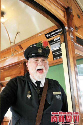 古董电车验票员是一个头戴玫瑰的巴士阿叔。