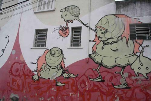 旧建筑多有涂鸦,许多涂鸦富有艺术性,尤其是一些商店的涂鸦,常有画龙点睛之效。