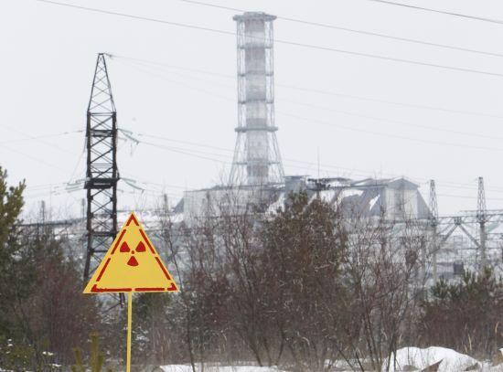 图为24日拍摄的切尔诺贝利核电站4号反应堆远景,一个射线警示牌清晰可见