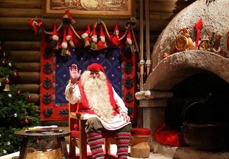 在圣诞老人村,圣诞老人安坐在自己家中,等着世界各地的仰慕者上门。