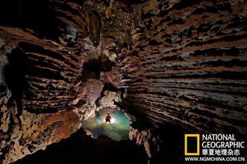 从一月份到次年4月的旱季里,韩松洞里德水比较浅,探洞者可以安全行动