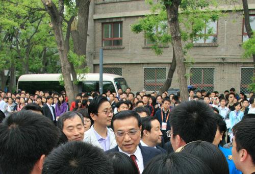 李克强副总理在学生中间