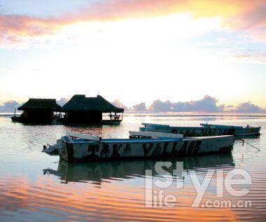 日落下的水上屋静静等待游人归来。