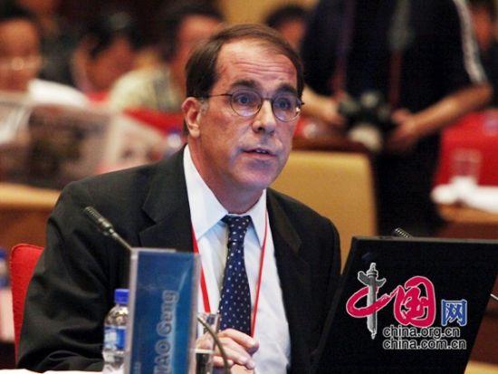 """由中国国际经济交流中心主办的""""第二届全球智库峰会""""于2011年6月25-26日在北京召开,主题为""""全球经济治理:共同责任""""。图为美中贸易全国委员会副会长溥乐伯发言。 图片来源:中国网"""