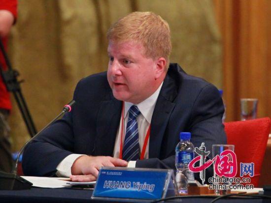 """由中国国际经济交流中心主办的""""第二届全球智库峰会""""于2011年6月25-26日在北京召开,主题为""""全球经济治理:共同责任""""。图为美国全国商会高级副会长薄迈伦发言。 图片来源:中国网"""