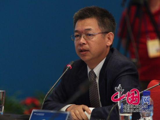 """由中国国际经济交流中心主办的""""第二届全球智库峰会""""于2011年6月25-26日在北京召开,主题为""""全球经济治理:共同责任""""。图为北京大学国家发展研究院教授黄益平发言。 图片来源:中国网"""