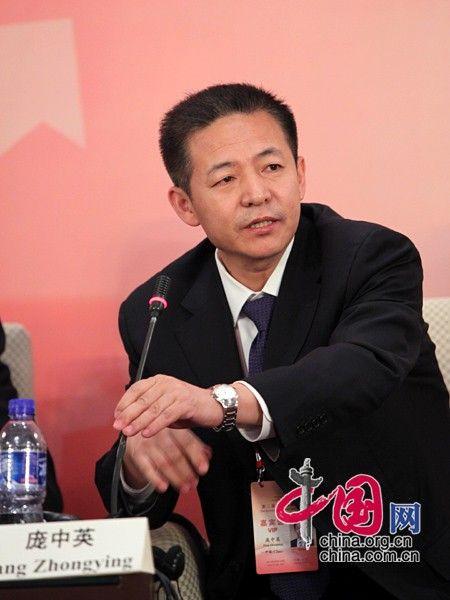 """由中国国际经济交流中心主办的""""第二届全球智库峰会""""于2011年6月25-26日在北京召开,主题为""""全球经济治理:共同责任""""。图为中国人民大学国际关系学院全球治理研究中心主任庞中英回答记者提问。 图片来源:中国网"""