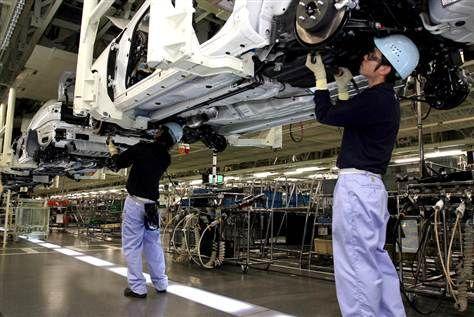 丰田汽车工人在日本福冈省北九州工厂生产线上组装新的轿车