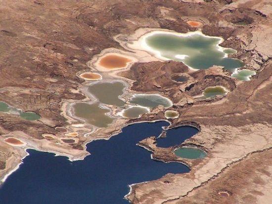 以色列和约旦之间的死海-盐湖鸟瞰图