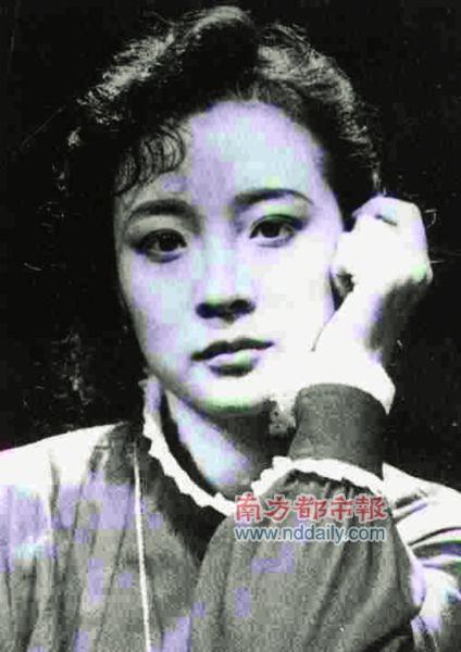 1991年,叶甫列莫夫导演的人艺版《海鸥》里,陈小艺(上)饰演玛莎,徐帆饰演妮娜。 资料图片