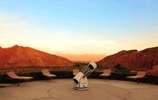 当地也有自己的望远镜,你可以用来仰观沙漠的干净天空。
