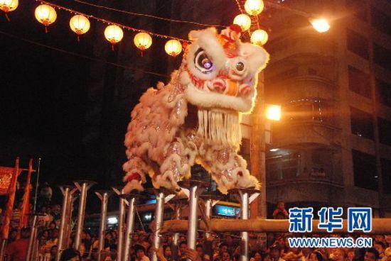 资料图:在缅甸仰光唐人街,参加舞狮比赛的选手正在表演。 新华社发(金飞摄)  缅甸仰光唐人街:充满华人的智慧与传奇