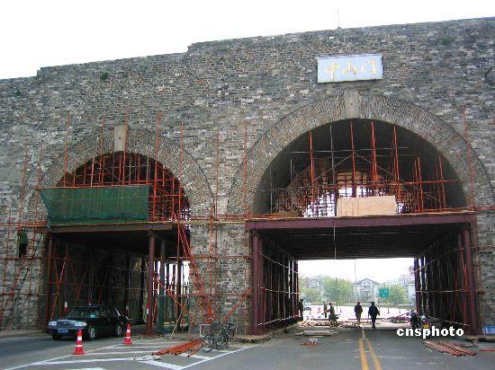资料图:建于明代的南京中山门城墙,经历几百年的风雨,加上作为沪宁高速公路南京的入口出,墙体部分出现了开裂现象,为了保护明城墙,南京市开始对南京中山门城墙进行维护,对其进行加固。