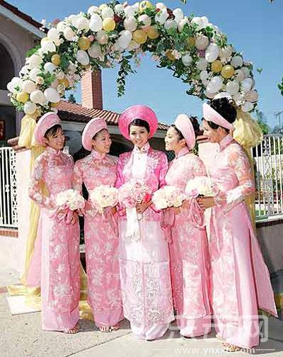 越南新娘和她的伴娘。